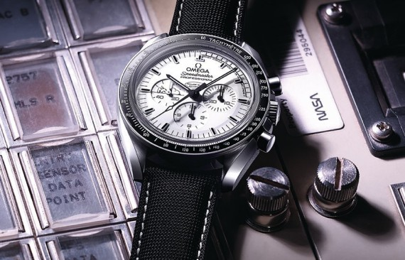 omega-speedmaster-apollo-13-silver-snoopy-award-watch-limited-edition-5-570x366