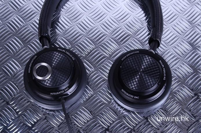 耳機兩側可以「扭」開,容易收藏