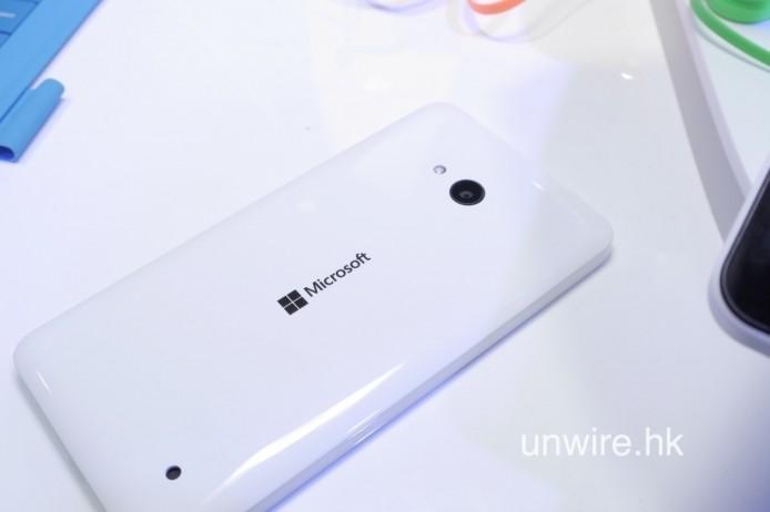 Lumia 640 採用光面塑膠機背。