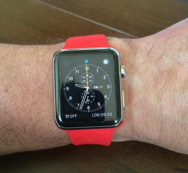 前英格蘭欖球國家隊隊長 Will Carling 的紅色錶帶 Apple Watch
