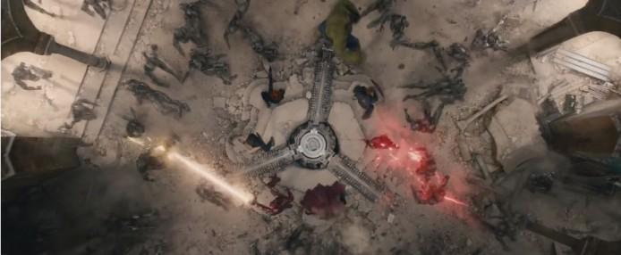 這裡可看到原本跟跟奧創同一陣線的快銀和緋紅女巫,跟復仇者聯盟其他成員對抗奧創 點解嘅? 點解會咁嘅?