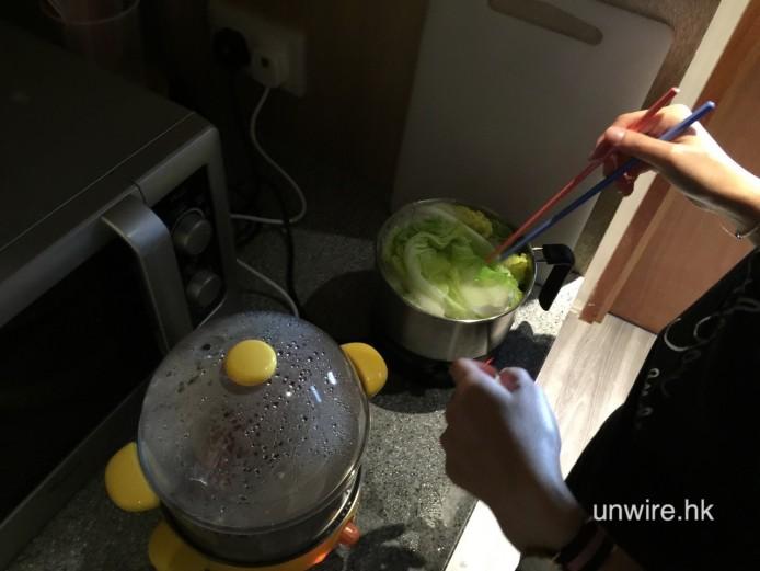 水滾後放菜進去,不過放大多有水瀉了出來,bowl 最後把菜拿出來分 2 次煮..
