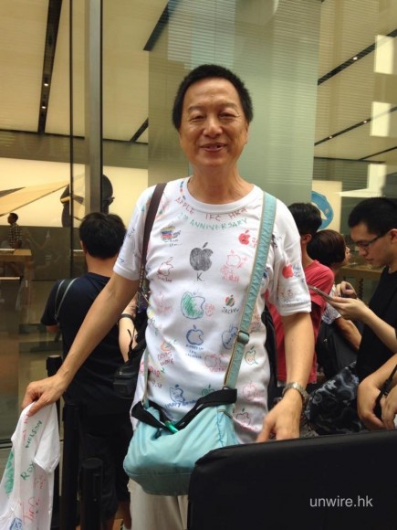 先生 Tee 上面既字同畫係其他香港Apple Store staff 寫同畫既,上次 CWB 開幕時