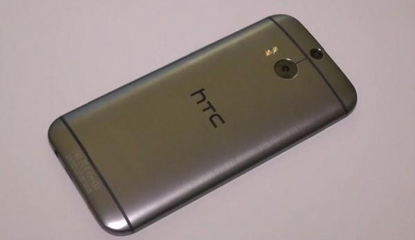 HTC One (M8) 的機背其實已採用過類似的設計