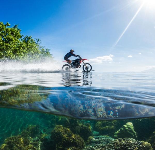 【有片睇】挑戰人類極限!職業車手改裝越野電單車成功於海面玩滑浪