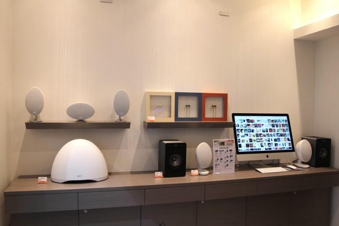 在開放式展區中仲可以見到無線音樂系統 EGG、3 款 M 系列耳機、E305 5.1「蛋仔」組合及 ,KEF 在這間「店中店」可謂精銳盡出。