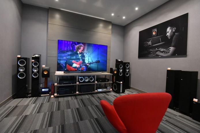 除開放展區外,KEF 還搭建了一間專業展示房,主打 Reference 系列,可以輸出 5.1.2 架構的 Dolby Atmos 環繞聲,除設有真正的天花喇叭 Ci160QR 外,亦配備 R50 Dolby Atmos 附加喇叭模組,可讓各位即時比較由天花喇叭以至反射式喇叭營造的天空聲道效果之分別。