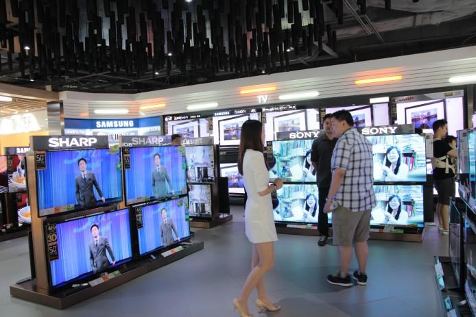 除了 105UC9 之外,豐澤時代廣場旗艦店亦劃出電視專區,與以往的電視牆不同,這個電視專區每個品牌都各佔山頭,想睇 Samsung SUHD TV 得,LG OLED 又得,再唔係 Sony 或者 Panasonic 4KTV 都仲得。