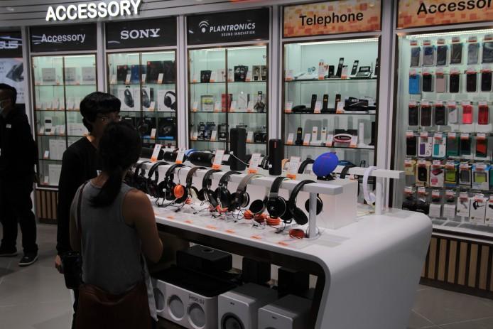 豐澤旗艦店另一特點,是場內的產品分類明顯較以往清晰,耳機、智能手機保護殼集中於配件展示區。