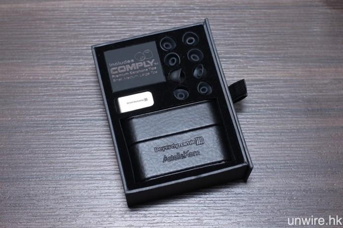 其他附送配件還包括硬皮便攜盒、5 對不同尺寸的特製矽膠耳塞、3 對不同尺寸的 Comply 耳棉及金屬線夾。