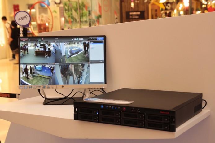 展覽現場特別模擬成一個家居環境,並配備高清保安監察系統。