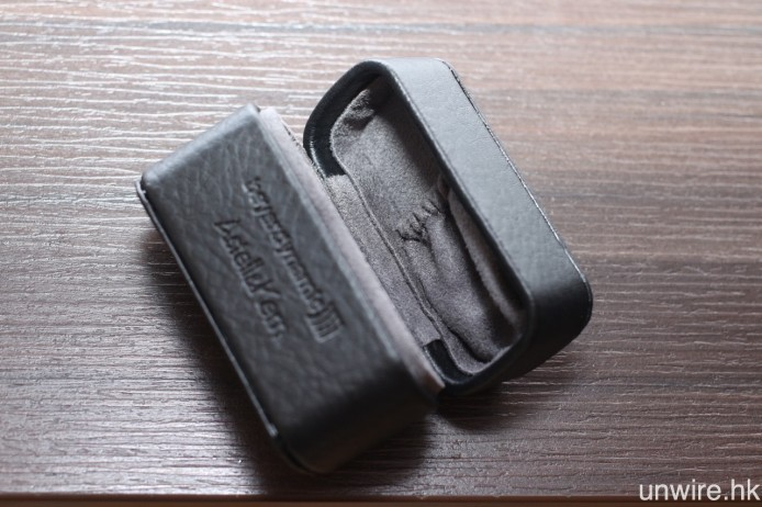 另一見微知著位,就是便攜盒內部有用作擺放耳塞或耳棉的間隔,十分貼心。