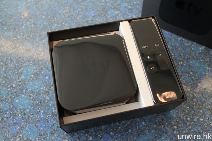 一打開包裝盒,就會見到新 Apple TV 及 Apple TV Remote。