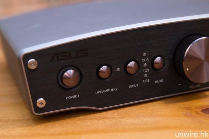 除電源開關及訊源選擇鍵之外,Essence One MKII 機身還配備升頻及靜音功能鍵。