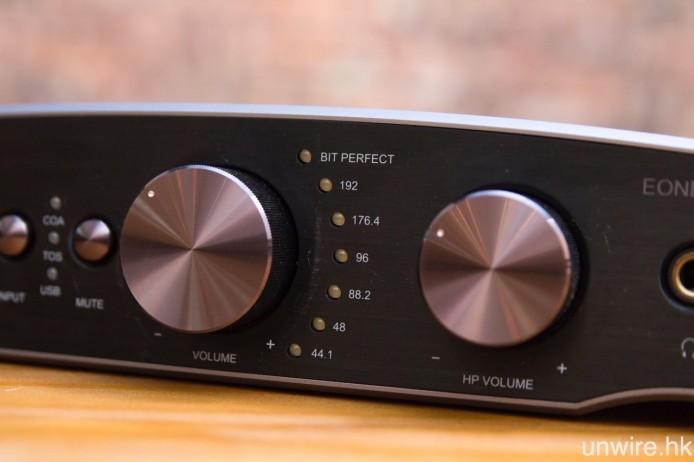 與 Essence STU 一樣,Essence One MKII 亦設有獨立喇叭(需另外配合主動式喇叭或擴音機驅動)及耳機音量調校旋鈕,並配備接收訊號取樣率標示燈。