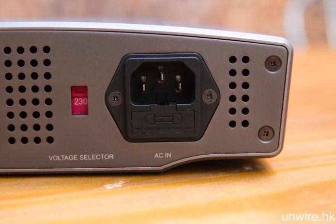 採用 IEC 電源插頭,可透過更換發燒電源線,進一步提升音色表現。