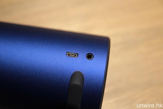 採用 Micro USB 充電,內置充電池充滿一次足可使用 12 小時,另外還設有 3.5mm mini jack 輸入端子,用作有線連接不同播放裝置。