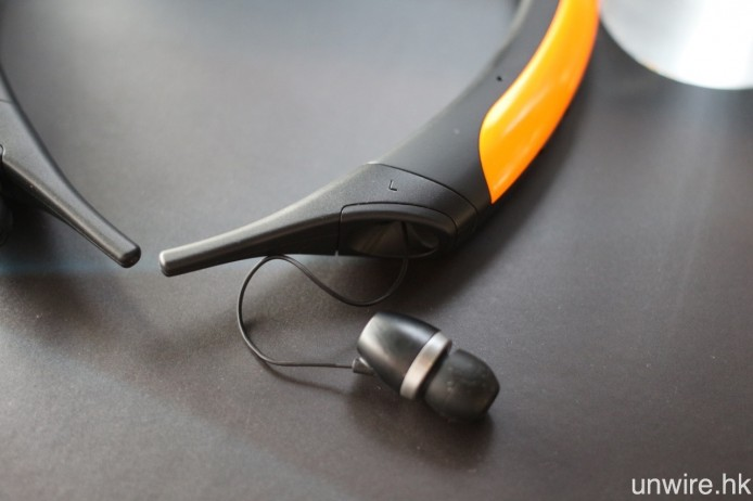 機身為 IPX3 級防水濺設計,並用上伸縮回彈耳機接線及可換式穩定支架,前者可避免收納線材打結,後者則可迎合不同粗幼的頸部,確保運動時不會意外掉落。