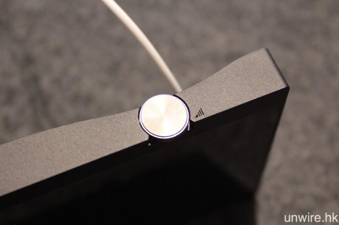 音量調校旋鈕設於左側,而機背亦有輕微傾斜式設計。