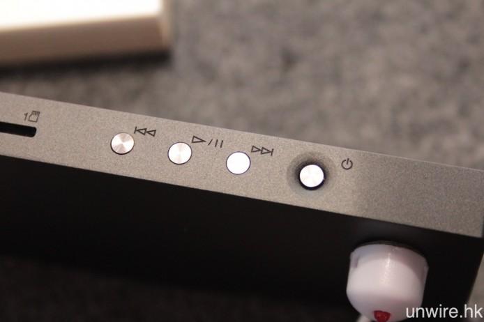電源及操作按鈕則設於右側。