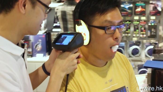 ▲艾域亦親身上陣,即場嘗試一次 3D 數碼耳模掃描,過程只需約 6 分鐘。