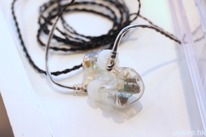 ▲用作試聽的,則是一對 6 單元通用式耳機。