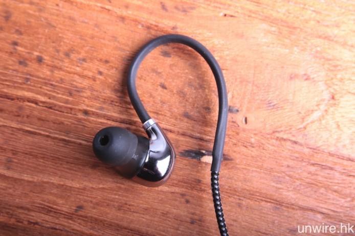 傾斜入耳式機身經真空電鍍處理,既有著鏡面拋光的亮麗觀感,隔音效果亦見理想,而金屬耳掛則可加強佩戴穩固度,減少意外掉落。