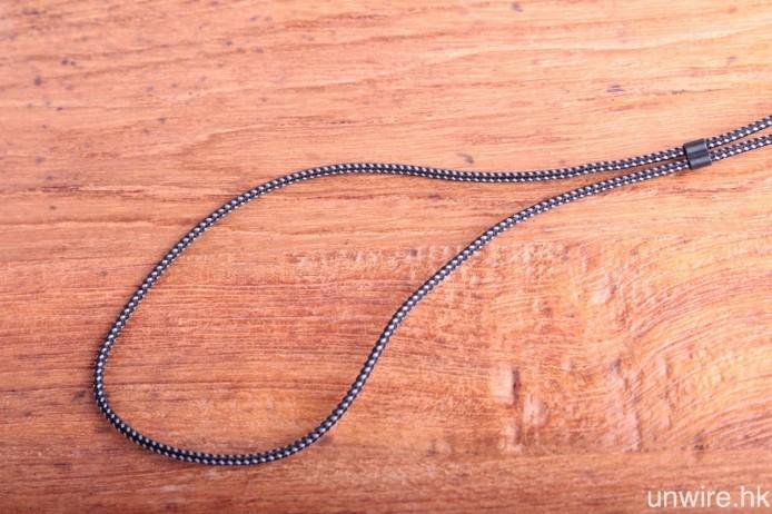 耳機機身及高靭度編織式接線均經過 Liquipel Watersafe 納米塗層處理,有效防水濺及防汗,而 Cable Lock 接線扣則可調節接線長短,令線材更貼服到頸部。