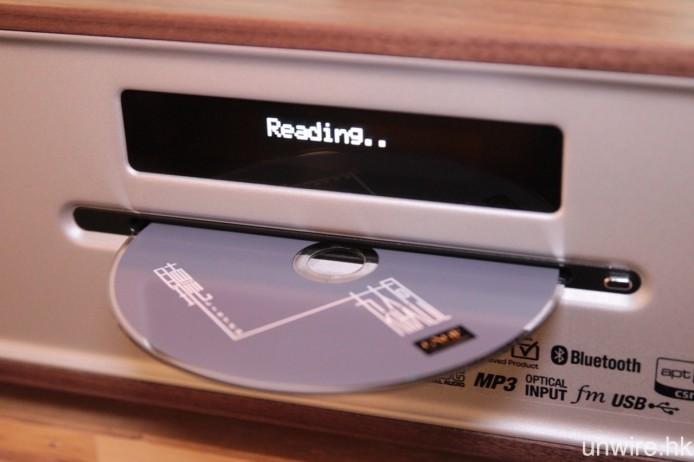 內置吸入式 CD 碟盤。