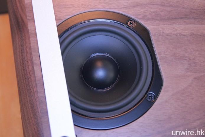 5 吋低音單元則設於機底位置。