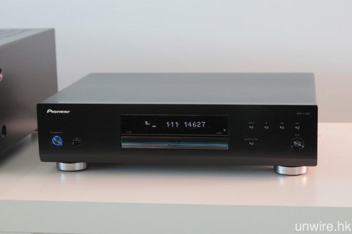 與 Onkyo TX-RZ900 合作的,則是 Pioneer 中階 BD3D 播放機 BDP-LX58,合力帶來理想的聲畫表現。