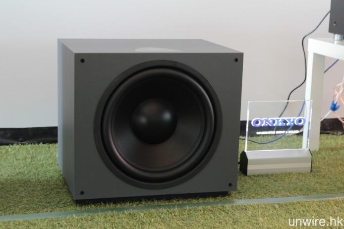 為提供足夠的低頻量,超低音喇叭就用上擁有 15 吋特大低音單元的 D 600 SUB。