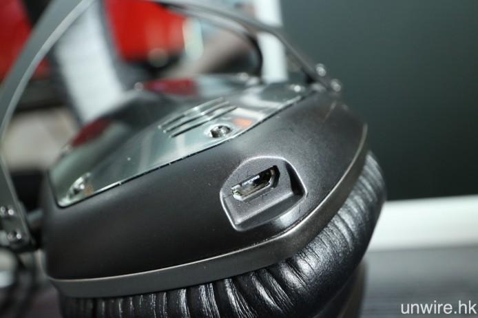 左邊耳罩底部則設 Micro USB 充電插頭,充滿一次足夠使用 12 小時,亦支援 30 分鐘快速充電,可提供約 4 小時的電量。