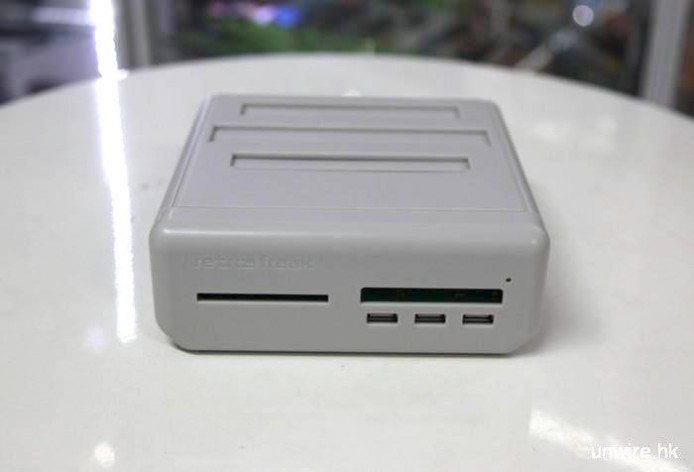 遊戲盒帶轉換器,正面左方對應 PC-Engine 帶,右上方對應 Gameboy 系列帶,右下方 3 個 USB 插口則可連接原創手掣或其他 USB 手掣,包括 PS3 及 PS4 手掣都可以用