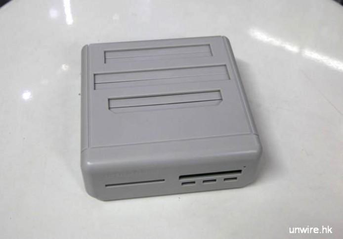 機頂由下至上分別對應紅白機、超任及 Mega Drive 遊戲帶