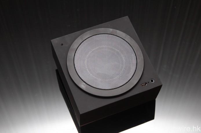 3 吋全音域單元設於機背,其左上角圓點則用作感測環境溫度。