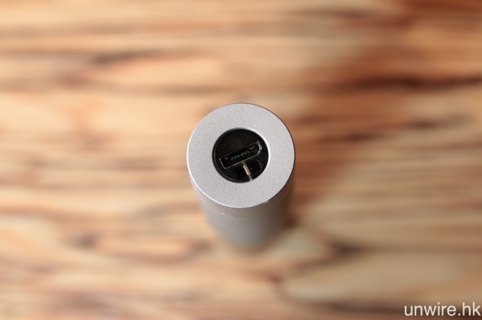 保護盒則以 Micro USB 充電。