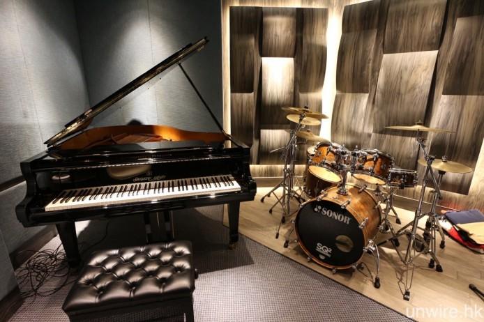 內裡分別設有錄音室及混音室,前者擺放著鋼琴及鼓等樂器。
