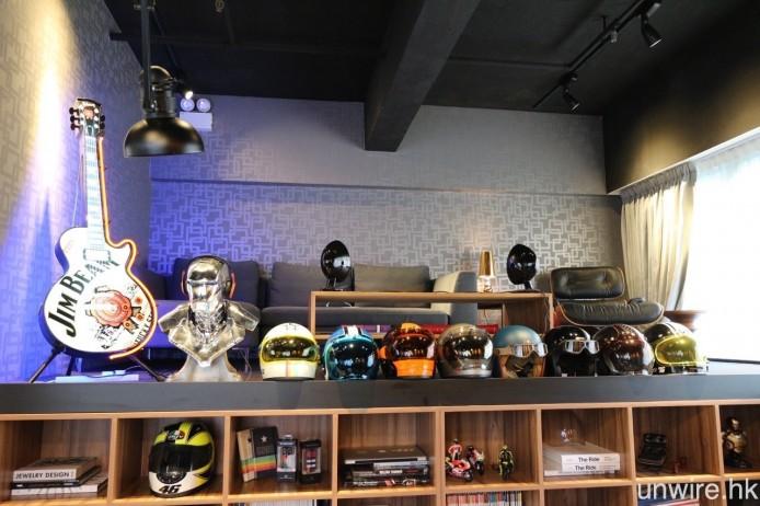至於錄音室外的大廳區域,則見到 Mark 的電單車頭盔、名錶等收藏品。