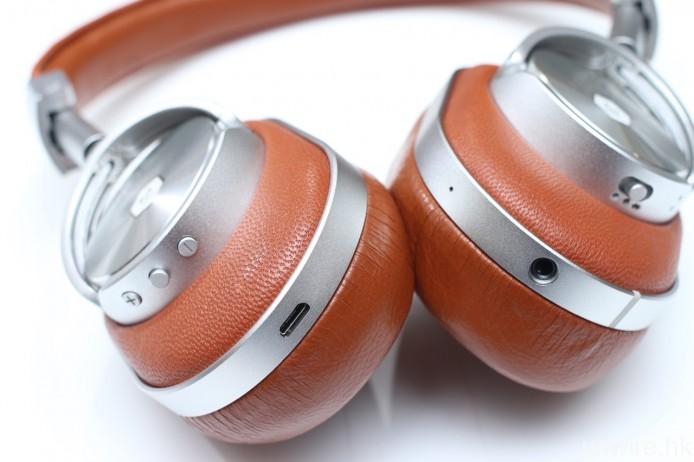 兩邊耳筒底部分別設有音量增減、多功能操作鍵、藍牙配接鍵及收音咪高峰,方便用戶全面操控。