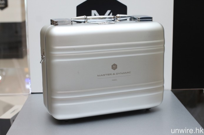 Master & Dynamic 亦將會聯同美國行李箱品牌 Zero Halliburton,推出 MW60 別注限量版,附設一個專為該耳筒而設的金屬保護箱。