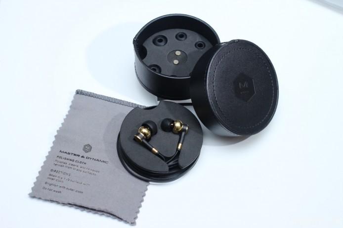 隨機附送真皮便攜盒、4 對不同尺寸的矽膠耳塞、一對備用濾管及清潔抹布,後者內設專為黃銅而設的研磨材質,可令 ME05 的機身保持光滑。