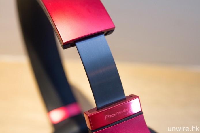 耳筒機架可作約 4cm 的闊度調校。