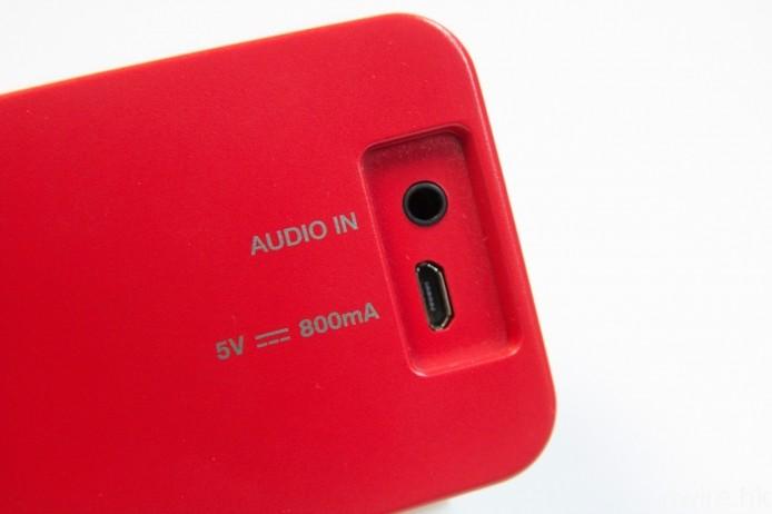 機背設有 3.5mm mini jack 輸入及 Micro USB 充電端子。