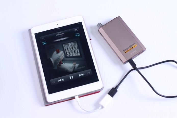 若改以 Lightning 至 USB 相機轉換器,再改以 USB 線連接至 VentureCraft Vantam 627SM Limited(此機的另一組輸入端子為 Micro USB),並將後者設定為 USB DAC,不論播放的是哪一種取樣率的音樂檔案,解碼工作亦會交由後者全權負責。