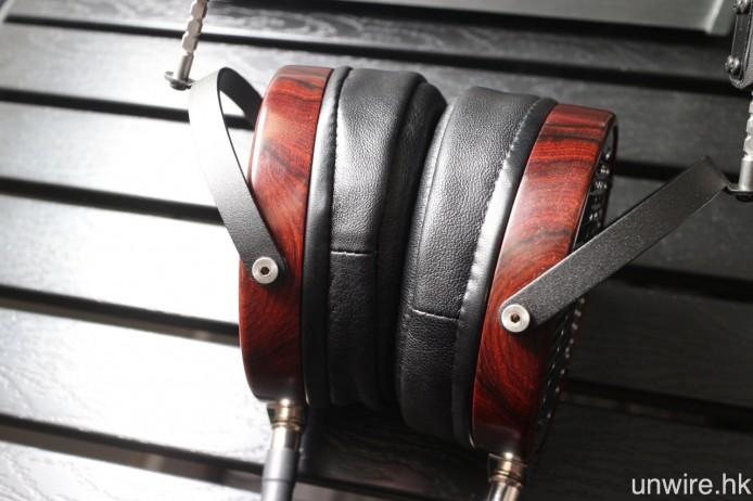 耳罩外殼採用了 30 年以上的黑檀木製成,外觀高雅型格。