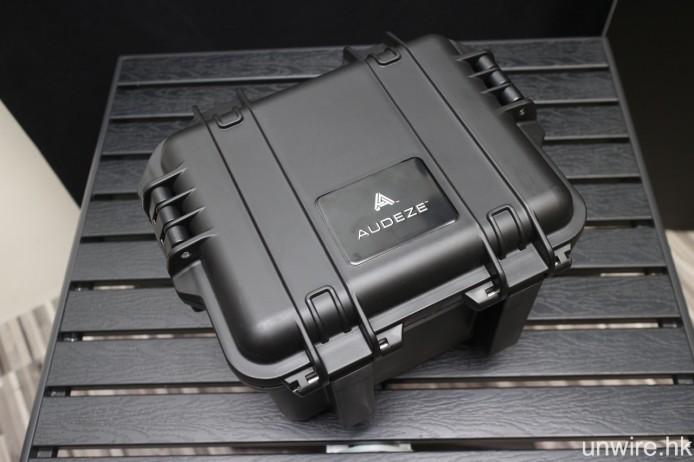 防水收納盒內設有耳筒及線材的獨立置放間隔。