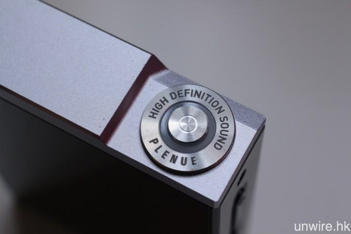 頂部的電源開關鍵用上金屬同心圓紋理設計,別出心裁。