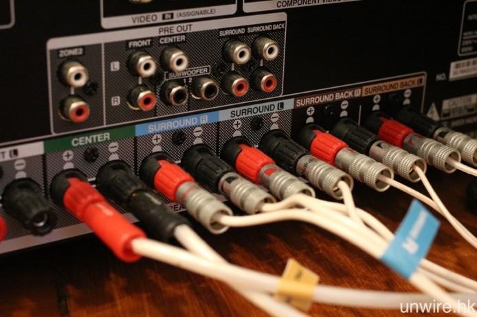 同樣地,擴音機的喇叭接駁端子,亦是可以使用夾線、蕉插或叉插方式連接(有部分擴音機不支援叉插),接駁時除了不要接駁至錯誤的聲道外(即右前置插頭接到左前置喇叭),最緊要是不要錯誤連接正負,否則輸出的聲音就會因反相而變得模糊不清。
