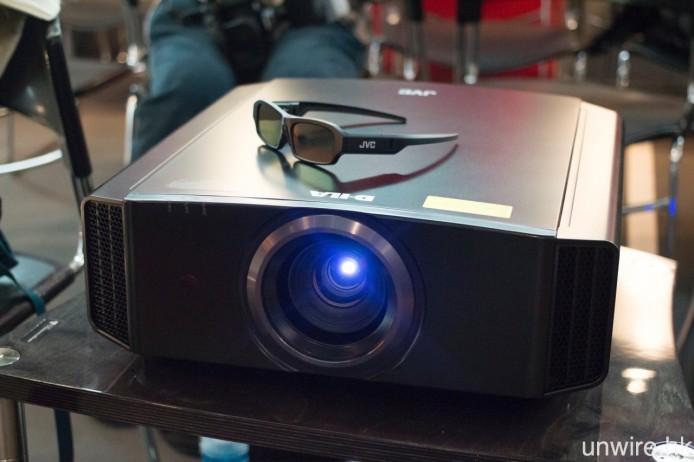 入門型號 JVC DLA-X5000 用上啞面機身,並提供黑、白兩種機身顏色選擇。